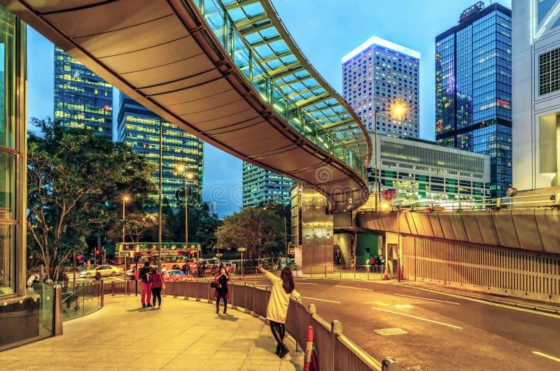 Paysage urbain crépusculaire de Hong Kong des bâtiments modernes de gratte-ciel sur la route de jardin dans la région Centre sur  image stock