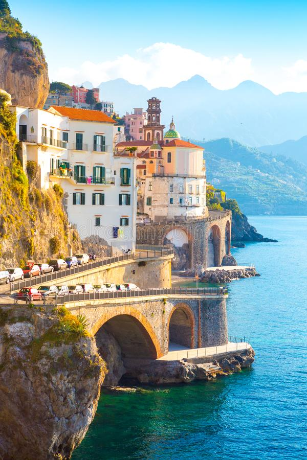 Paysage urbain d'Amalfi sur la ligne de côte de la mer Méditerranée, Italie photo libre de droits
