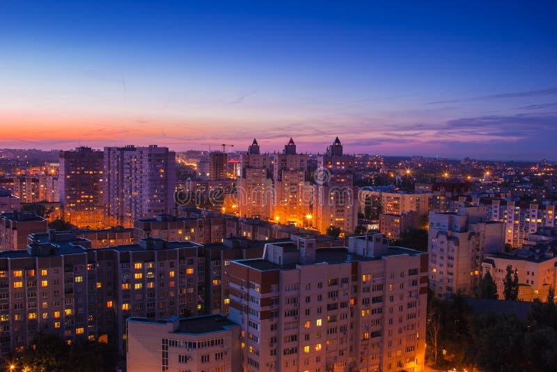 Paysage urbain d'antenne de Voronezh de soirée Zone résidentielle moderne photo libre de droits
