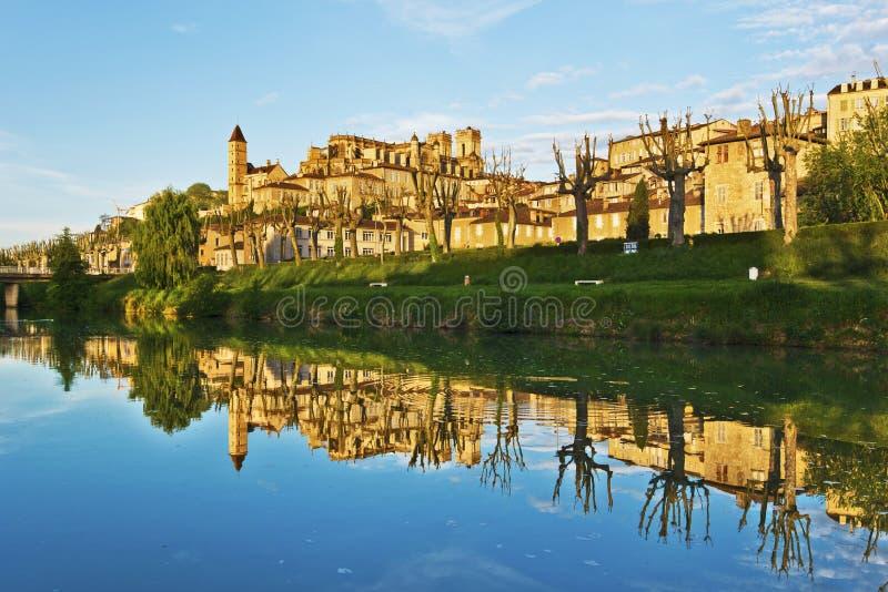 Paysage urbain d'Auch se reflétant en rivière du Gers image stock