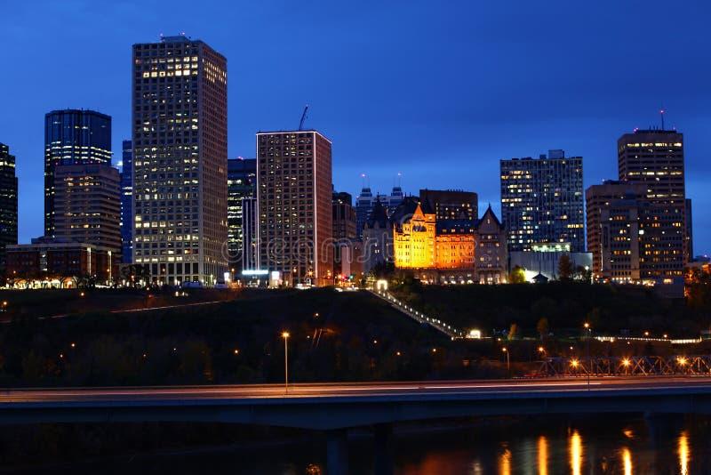 Paysage urbain d'Edmonton après des chutes d'obscurité photographie stock libre de droits