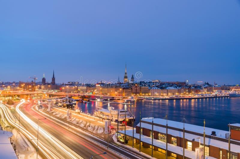 Paysage urbain d'hiver de nuit de Stockholm, Suède photographie stock libre de droits