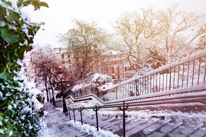 Paysage urbain d'hiver de ville de Paris après des chutes de neige image stock