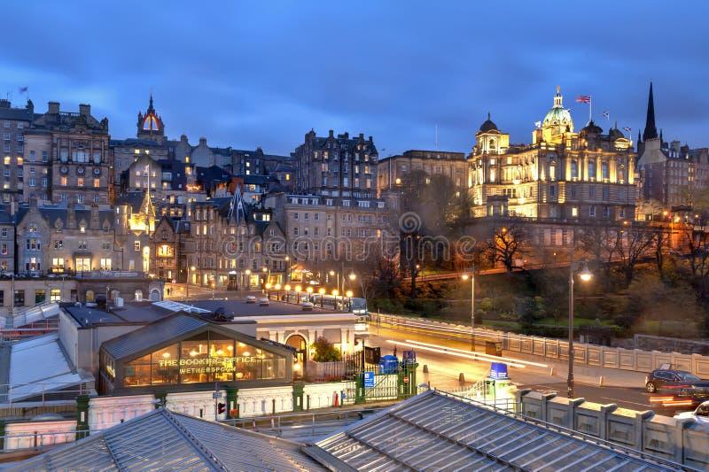 Paysage urbain dans le vieux secteur de ville de la ville d'Edimbourg étant allumée la nuit à Edimbourg central, Ecosse, R-U photos stock