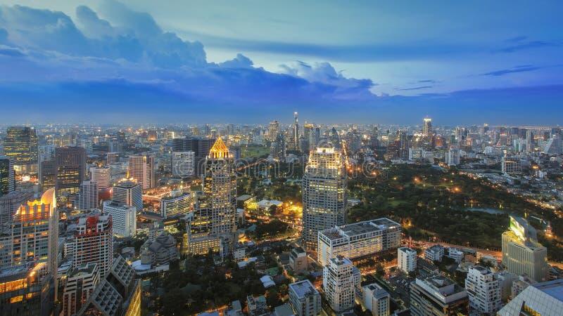 Paysage urbain de Bangkok au crépuscule photographie stock libre de droits