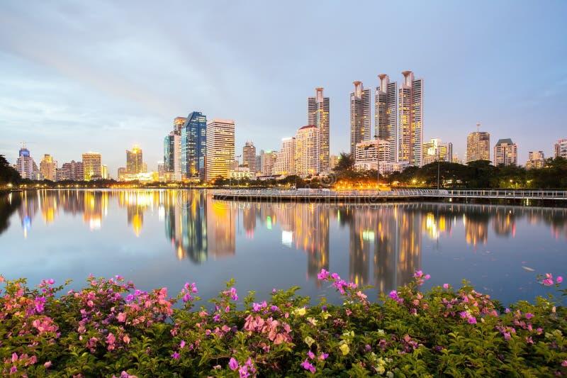Paysage urbain de Bangkok, district des affaires avec le parc dans la ville photos stock
