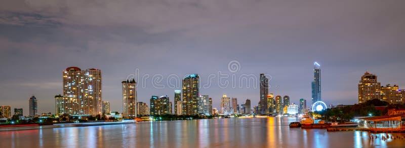 Paysage urbain de Bangkok du bâtiment moderne d'avant de rivière en Thaïlande Belle scène de nuit de rivière, de bâtiment du cent photographie stock