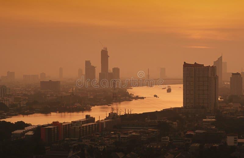 Paysage urbain de Bangkok Vue de nuit de Bangkok au district des affaires Au crépuscule Vue de panorama de scape de ville de Bang image libre de droits