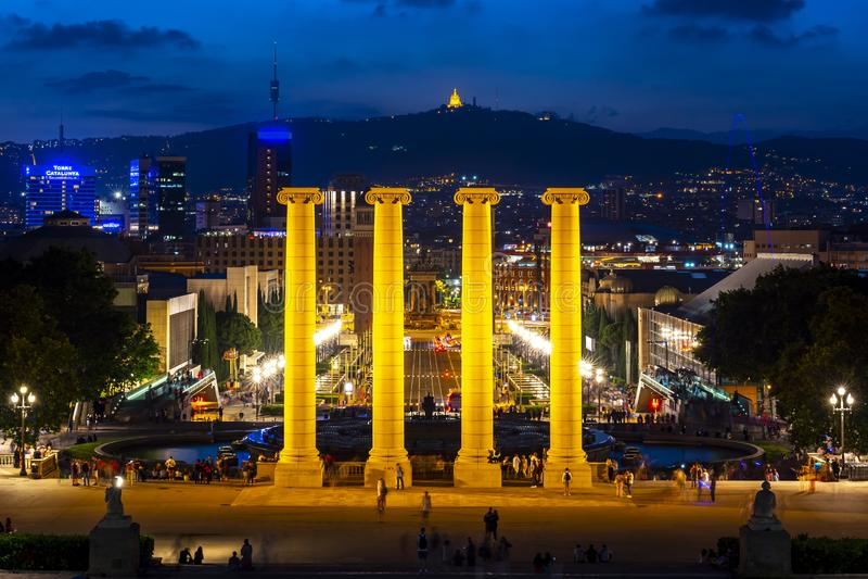 Paysage urbain de Barcelone de colline de Montjuic la nuit, Espagne image stock