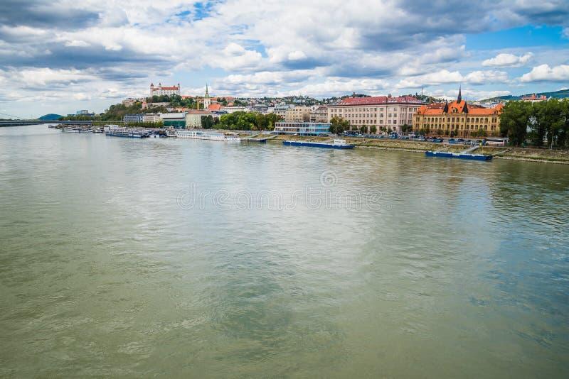 Paysage urbain de Bratislava avec le Danube et le château Bratislava, Slovaquie image libre de droits