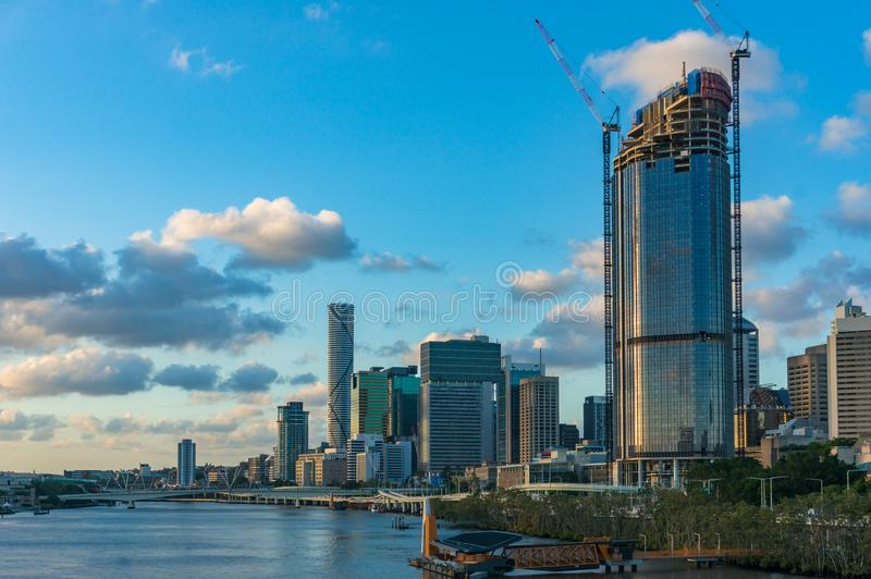 Paysage urbain de Brisbane avec l'autoroute et la rive Pacifiques Expresswa photos stock