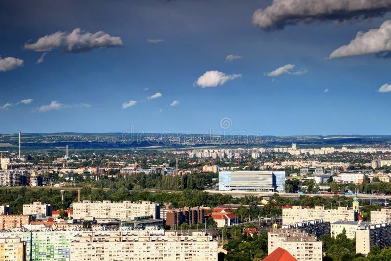 Paysage urbain de Budapest avec l'arène et les résidences de Danube photographie stock libre de droits