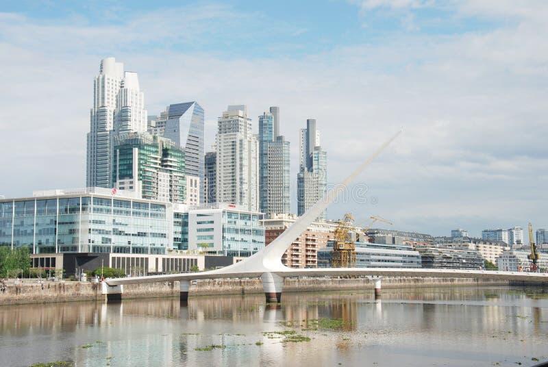 Paysage urbain de Buenos Aires, Puente de la Mujer Capitale de l'Argentine photos stock