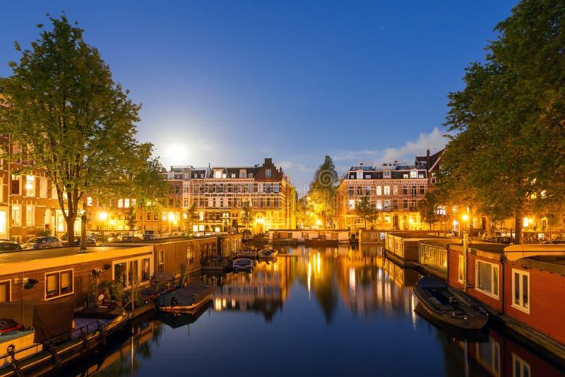 Paysage urbain de canal d'Amsterdam la nuit images libres de droits