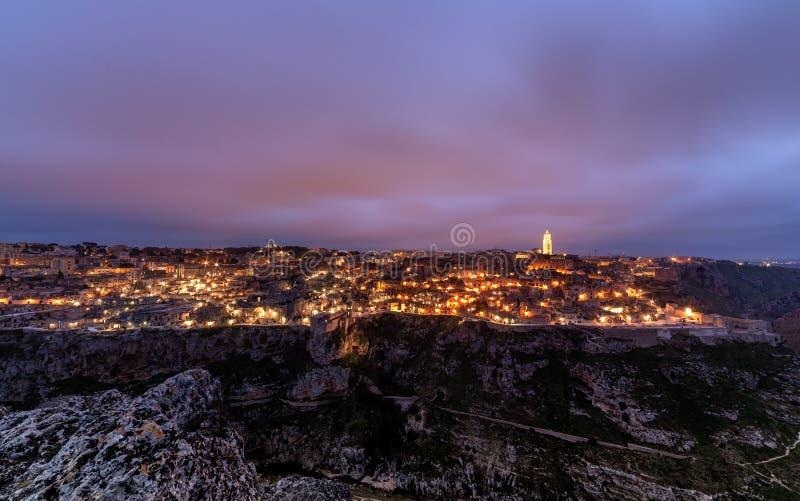 Paysage urbain de coucher du soleil de Matera, capital 2019 de culture de l'Italie paysage étonnant crépusculaire Pourpre et ciel images libres de droits