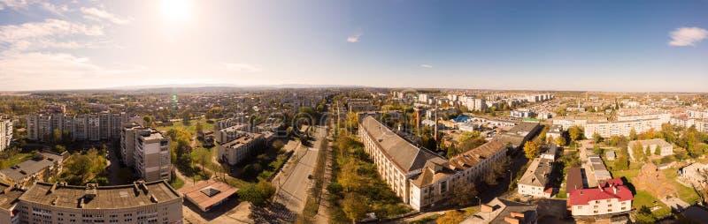 Paysage urbain de 180 degrés Vue aérienne de la ville de drone Drohobych, ville européenne ancienne, Ukraine images stock