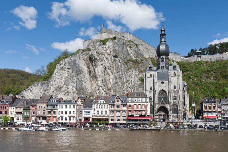Paysage urbain de Dinant au fleuve la Meuse, Belgique images libres de droits