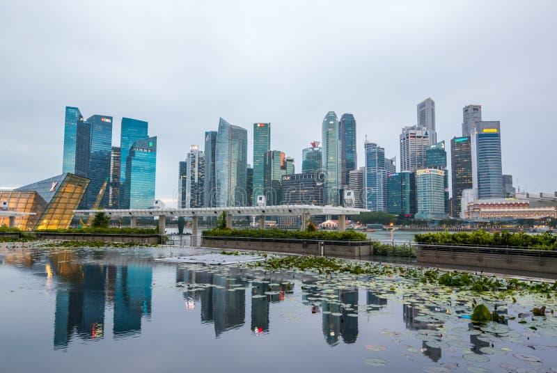 Paysage urbain de district des affaires Vue de Marina Bay Sands, Singapour photographie stock libre de droits