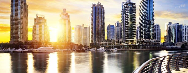 Paysage urbain de Dubaï la nuit, Emirats Arabes Unis image libre de droits