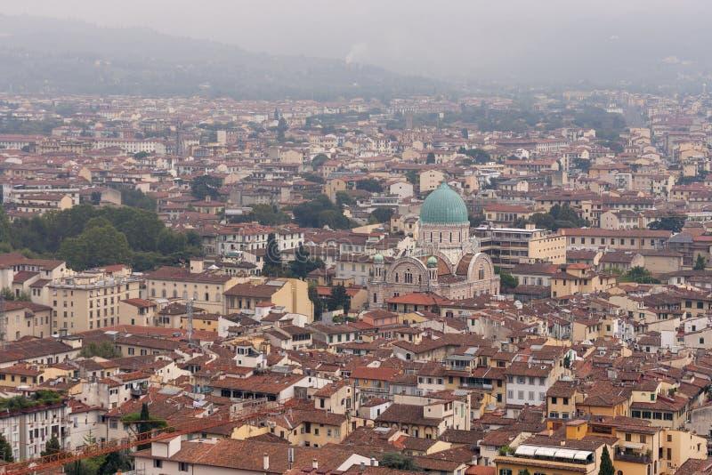 Paysage urbain de Florence avec le temple juif dans le brouillard image libre de droits