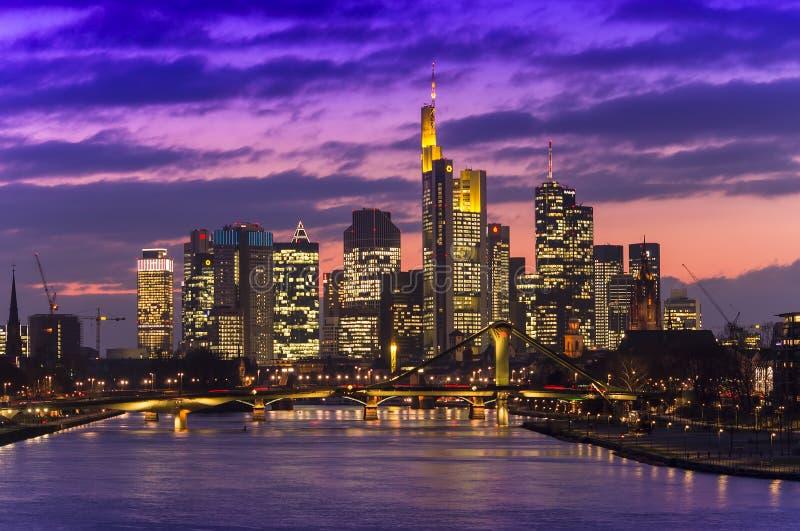 Paysage urbain de Francfort au coucher du soleil, Allemagne images stock