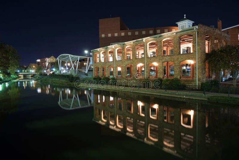 Paysage urbain de Greenville la Caroline du Sud la nuit image libre de droits