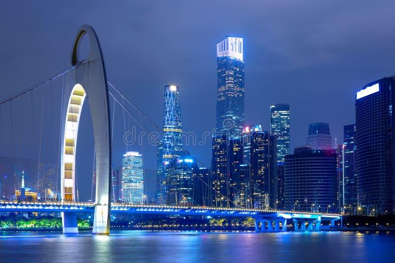 Paysage urbain de Guangzhou au-dessus du Pearl River avec le pont de Liede et le secteur financier illuminés le soir Guangzhou, d photos libres de droits