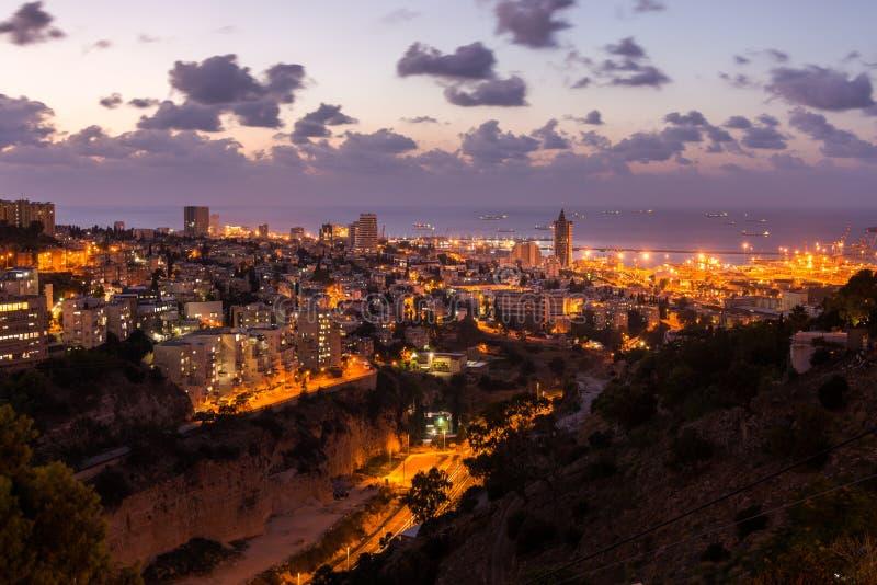 Paysage urbain de Haïfa au coucher du soleil image stock