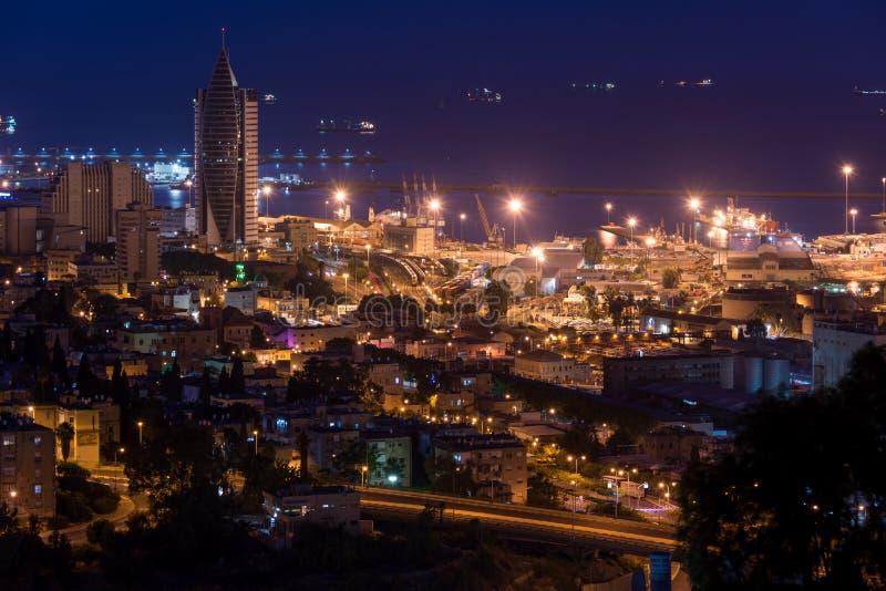 Paysage urbain de Haïfa au coucher du soleil images libres de droits