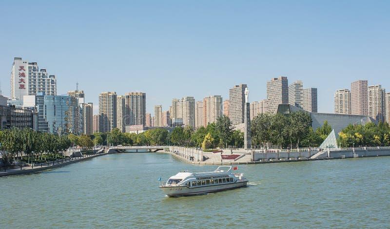 Paysage urbain de Hai il rivière avec les bâtiments modernes tout près Tianjin image libre de droits