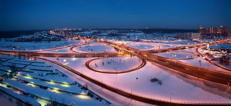 Paysage urbain de l'hiver de nuit avec le grand échange photographie stock