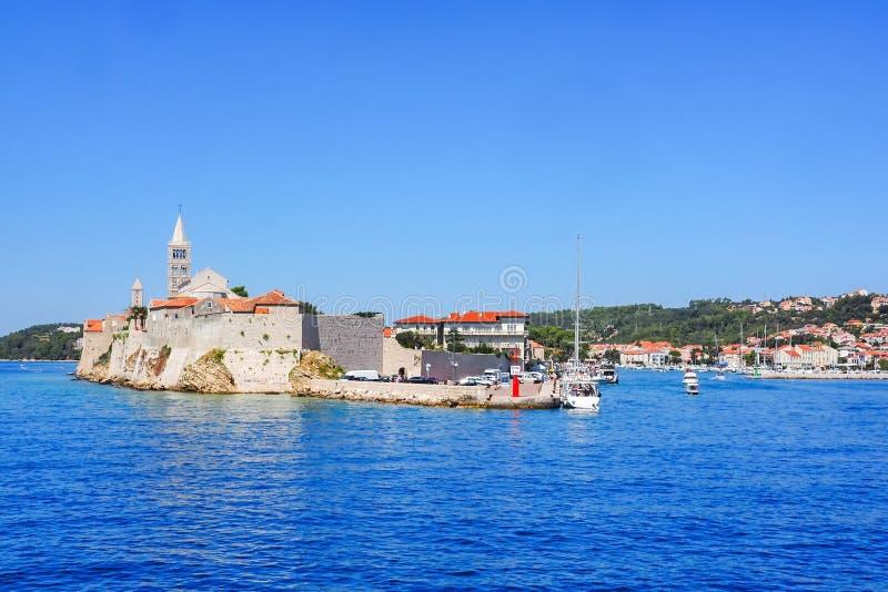 Paysage urbain de la ville Rab, Croatie, vue de l'eau photos libres de droits