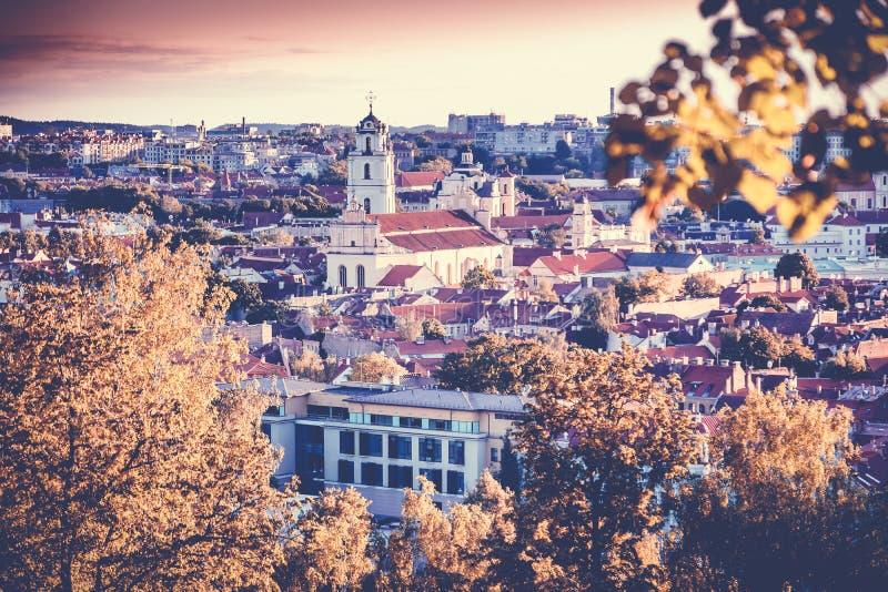 Paysage urbain de lever de soleil de coucher du soleil de Vilnius, Lithuanie en automne E image stock