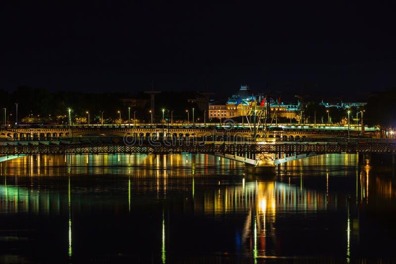 Paysage urbain de Lyon, France la nuit photographie stock
