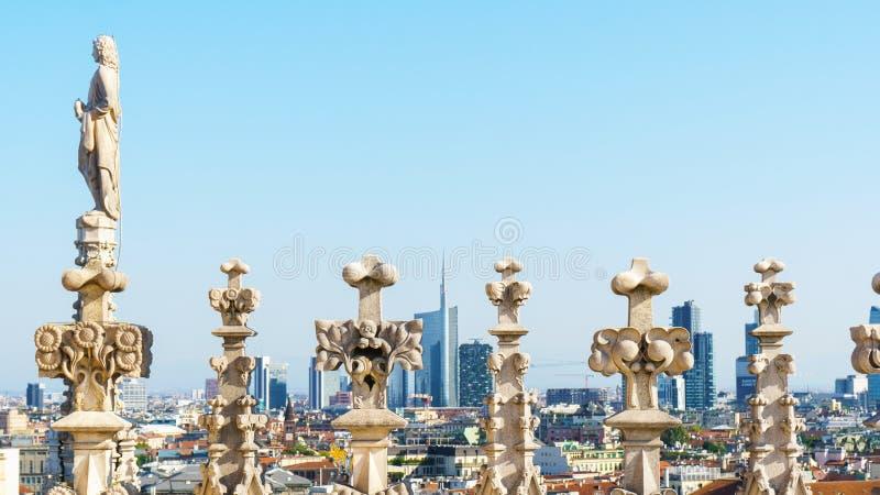 Paysage urbain de Milan par des sculptures sur le toit de la cathédrale de Duomo image stock