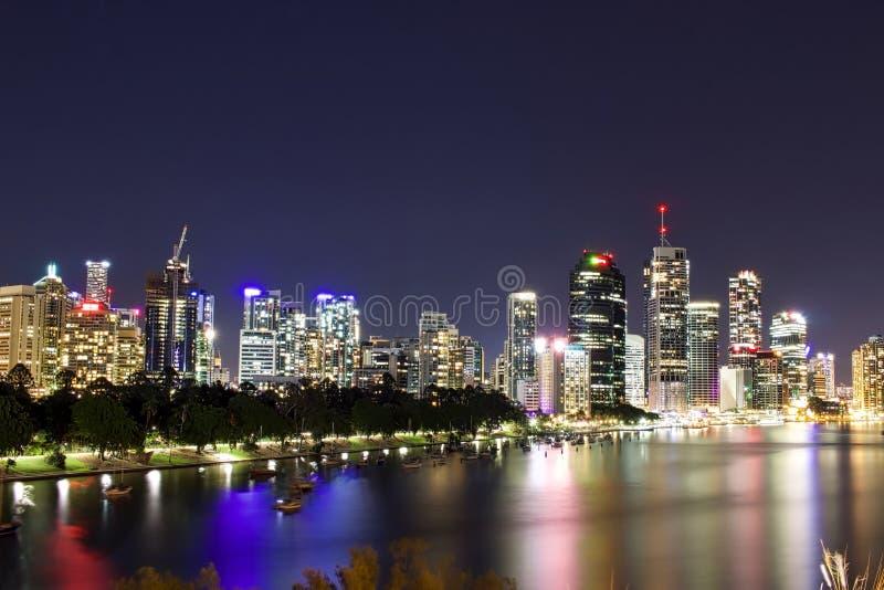 Paysage urbain de nuit à Brisbane images stock