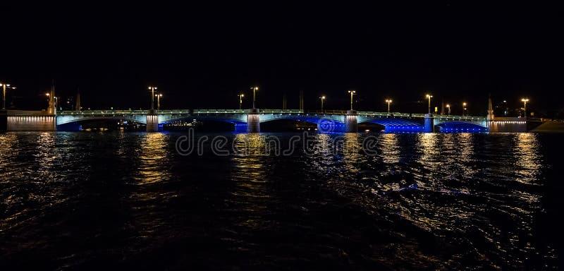 Paysage urbain de nuit avec la rivière et pont à St Petersburg images stock