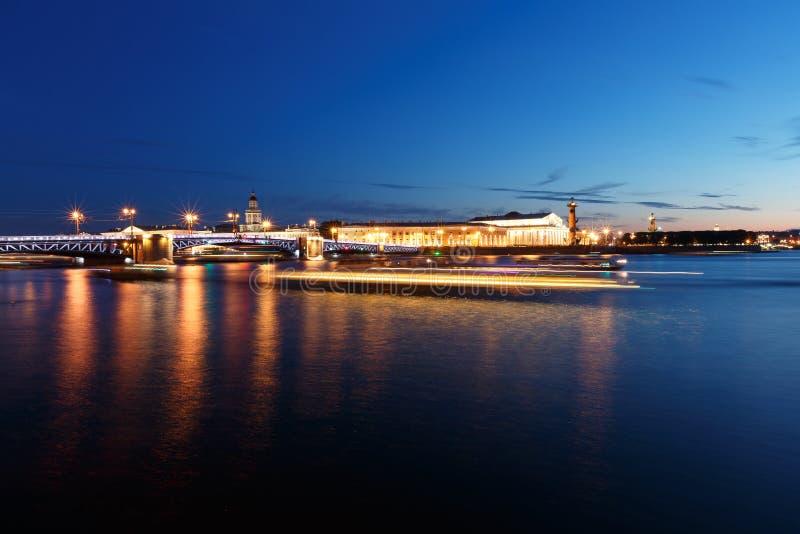 Paysage urbain de nuit avec la rivière et pont à St Petersburg Lumières de lanterne sur le pont photographie stock