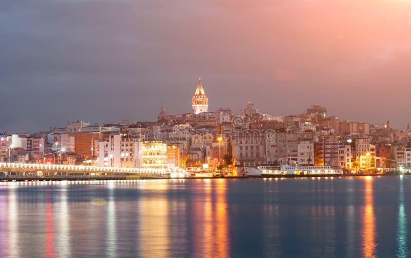 Paysage urbain de nuit avec la tour de Galata au-dessus du klaxon d'or à Istanbul, Turquie image stock