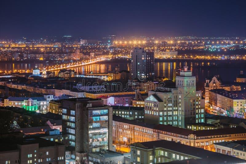 Paysage urbain de nuit de dessus de toit à Voronezh du centre Maisons modernes, centres commerciaux photos stock