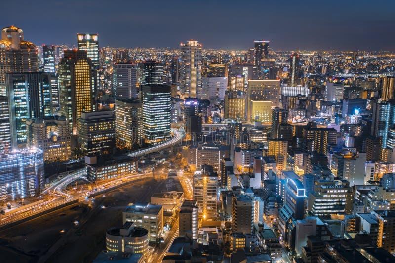 Paysage urbain de nuit de gratte-ciel urbain d'Osaka à partir de dessus du bâtiment d'umeda photographie stock