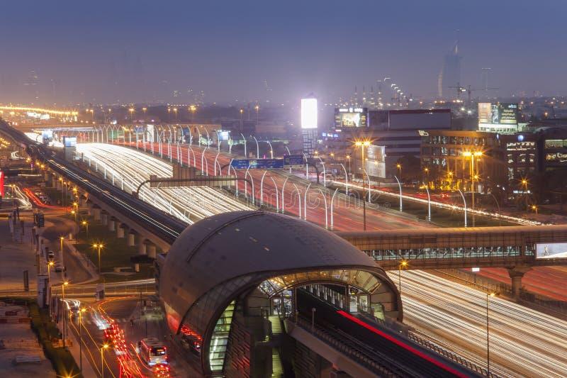 Paysage urbain de nuit de ville de Dubaï, Emirats Arabes Unis photographie stock