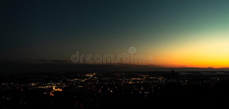 Paysage urbain de P?cs au coucher du soleil en retard photos stock