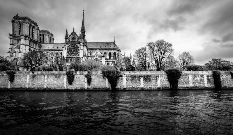 Paysage urbain de Paris en noir et blanc Cathédrale gothique de Notre Dame photographie stock
