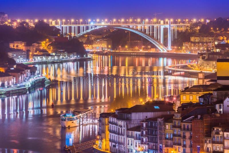 Paysage urbain de Porto et bida de ¡ de Ponte DA Arrà de pont d'Arrabida la nuit, vallée de la rivière de Douro, Portugal photographie stock libre de droits