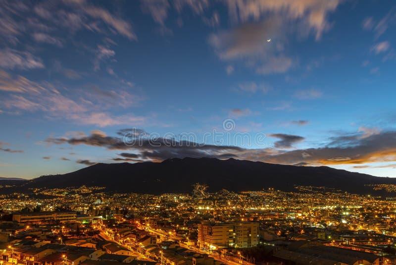 Paysage urbain de Quito la nuit, Equateur images stock