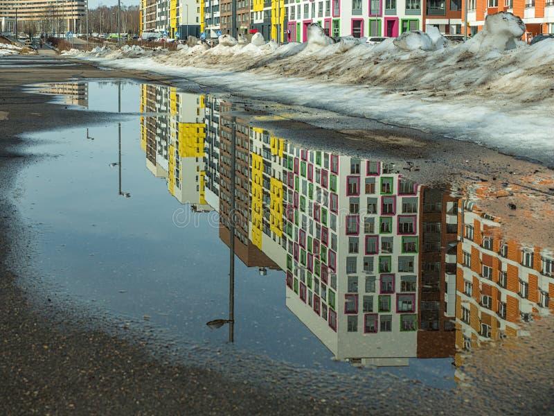 Paysage urbain de ressort dans une zone résidentielle moderne photographie stock libre de droits