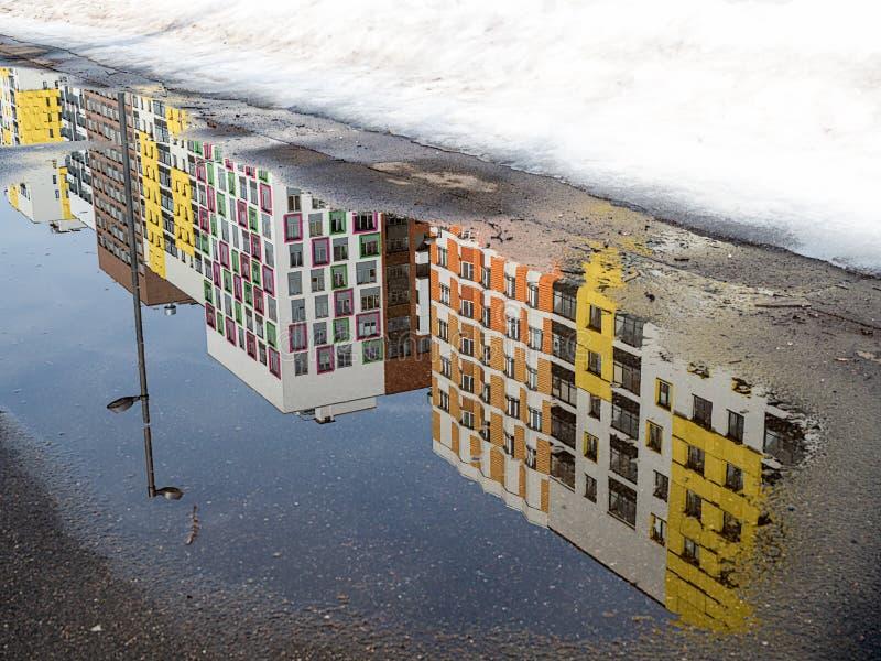 Paysage urbain de ressort dans une zone résidentielle moderne photographie stock