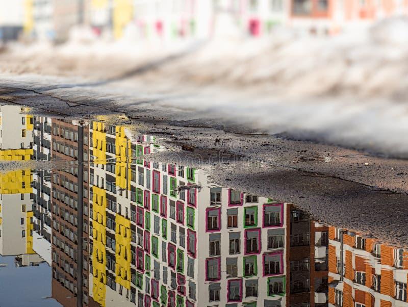 Paysage urbain de ressort dans une zone résidentielle moderne images stock