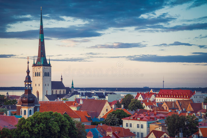 Paysage urbain de ressort de vieille ville Tallinn, Estonie photos stock